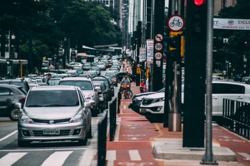 Automobilių išmetamos dujos gali sukelti pavojingas akių ligas