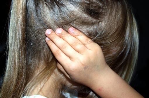 Motina smurtavo prieš mažametę dukrą