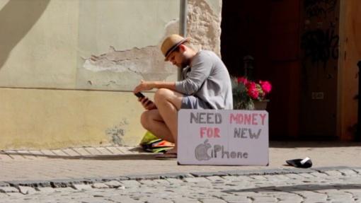 Pinigų brangiam telefonui gatvėje prašęs vaikinas iš praeivių sulaukė ne tik nuostabos