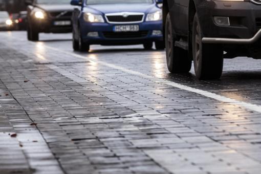 Kelininkai įspėja: eismo sąlygas Šiaurės Lietuvoje sunkina plikledis