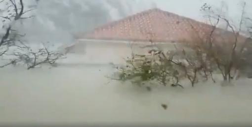 Siaubą keliantis 5 kategorijos uraganas talžo Bahamus ir juda link JAV (vaizdo įrašas)