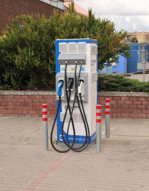 Šiandien pradėjo veikti naujos elektromobilių įkrovimo stotelės