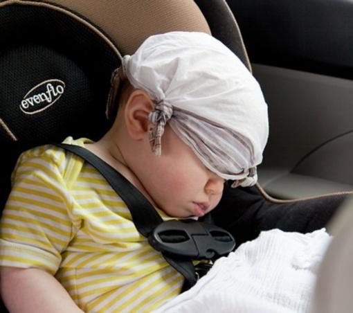 Įspėjimas tėvams: ilgesnis automobilinės vaikų kėdutės naudojimas sukelia skaudžias sveikatos problemas