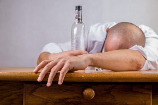 Nesustabdė net apsauga – Kuršėnuose vyras pavogė iš parduotuvės alkoholio ir pabėgo