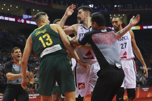 FIBA nušalino teisėjus, dirbusius Lietuvos ir Prancūzijos rungtynėse