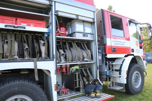 Rietave apsivertus automobiliui prireikė ugniagesių pagalbos