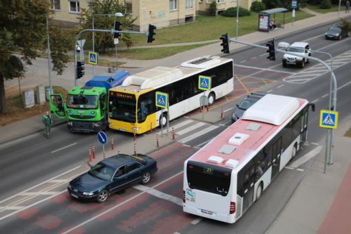 Avarija Šiauliuose: susidūrė autobusas ir gatvių valymo mašina