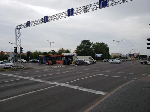 """Sankryžoje susidūrė """"SAAB"""" ir autobusas"""