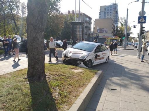 Vilniuje susidūrė du automobiliai, trys žmonės išvežti į ligoninę