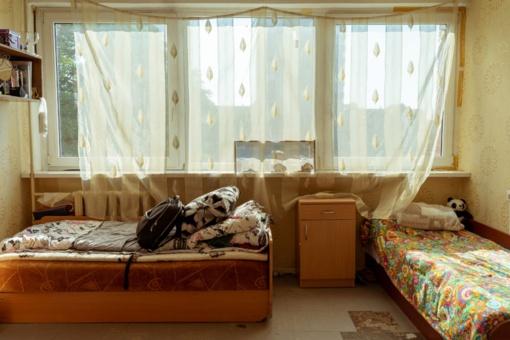 Kaip bendrabučio kambarį paversti gyvenamu? Sprendimai trijų studenčių kambariui