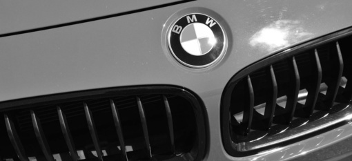 Po vasaros į Seimą parlamentarai grįžo su naujais automobiliais