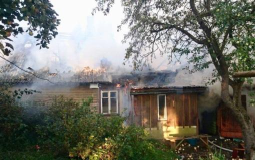 Dūmų detektorius pranešė apie name įsiplieskusį gaisrą