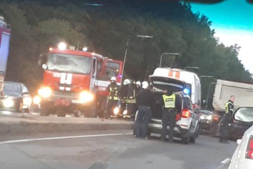 Vilniuje susidūręs su vilkiku žuvo lengvojo automobilio vairuotojas