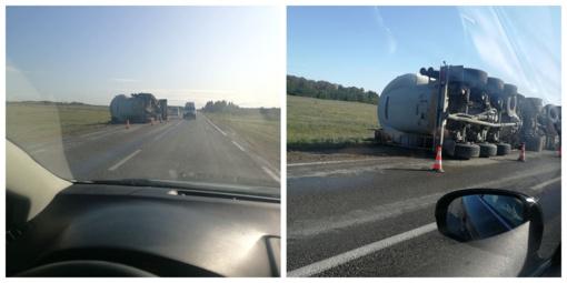 Akmenės rajone ant šono nuvirto cementą vežantis sunkvežimis