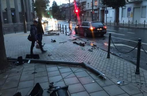 """Incidentas E. Ožeškienės gatvėje: susidūrė """"BMW"""", """"Audi"""" ir šviesoforas"""