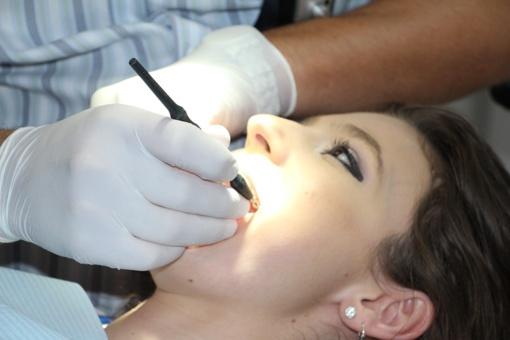 Protiniai dantys: kada juos reikia šalinti?