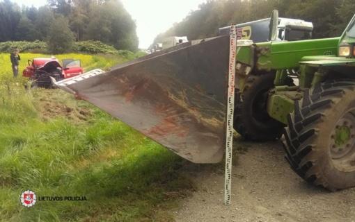Kėdainių rajone automobilis susidūrė su traktoriumi