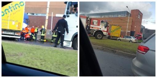 Nelaimė Vilniuje: po susidūrimo vilkiko puspriekabė prispaudė motociklininko kojas