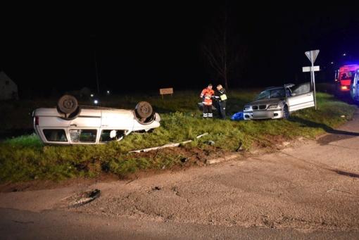 """Susidūrus """"BMW"""" ir """"VW Golf"""" automobiliams žuvo viena keleivė, dar du žmonės sužeisti"""