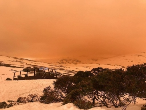 Neįprastas reiškinys Australijos viršukalnes ir dangų nudažė oranžine spalva