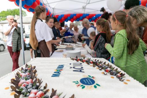 """""""Maxima"""" dėkos Marijampolei: atvyksta 75 tonos akcinių prekių ir sunkvežimis šventinių tortų"""