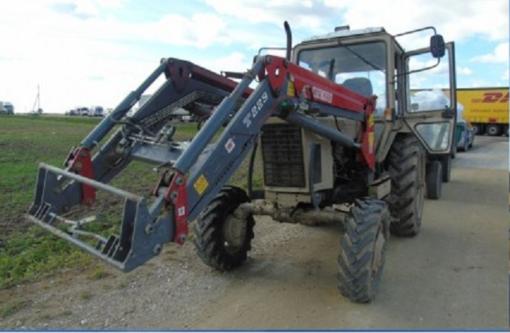Automobilis susidūrė su traktoriumi