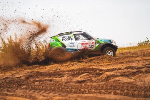 """Lenktynininkas V. Žala išbandė naująjį """"Mini"""" automobilį"""
