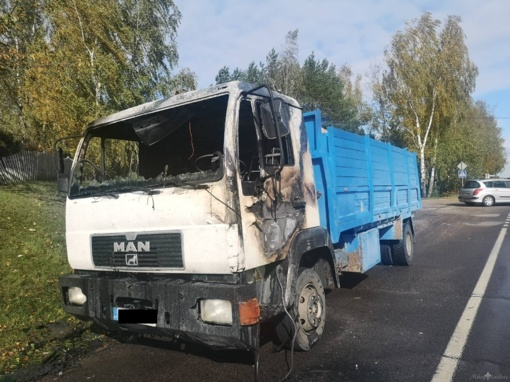 Užsidegė malkas vežęs sunkvežimis