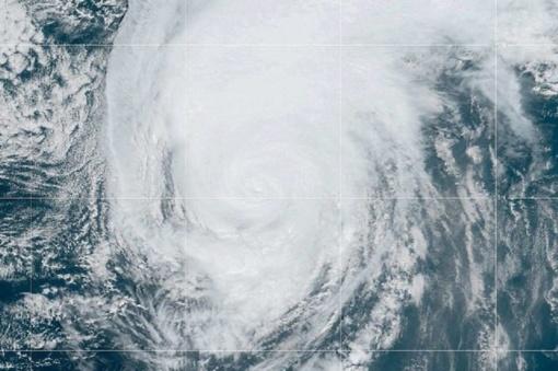 Per Atlantą judantis vienas stipriausių uraganų smogė Azorų saloms ir juda link JK