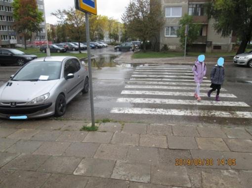Netinkamas automobilių statymas prie perėjų – grėsmė pėstiesiems