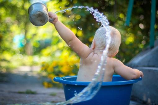 Pritrūko vandens: indus plauna dubenyse, o maudosi svečiuose