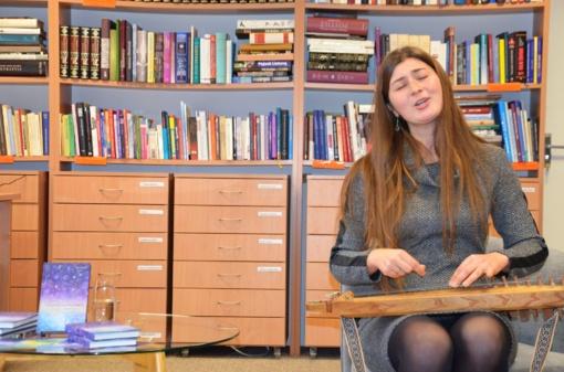 Susitikimas su Rūta Vyšnia: knyga, palydėta senovinių lietuvių dainų