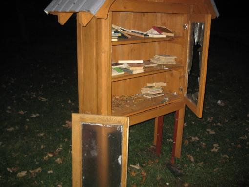 Vandalai antrą kartą nusiaubė knygų namelį