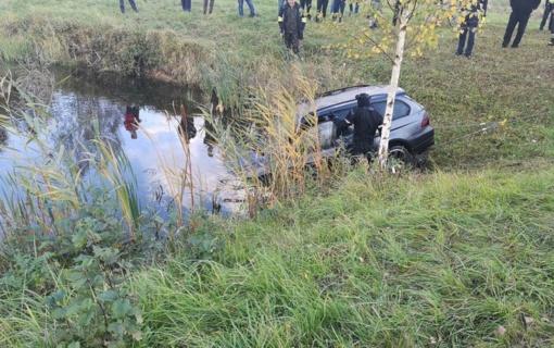 Raguvoje į tvenkinį paniro BMW automobilis