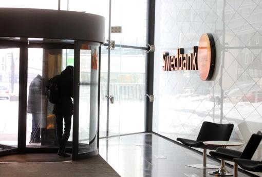"""""""Swedbank"""" – įspėjimas ir 360 mln. eurų bauda už nepakankamą pinigų plovimo kontrolę"""