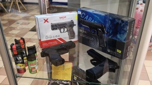 Degalinės klientas pasipiktino dėl joje pardavinėjamų pistoletų