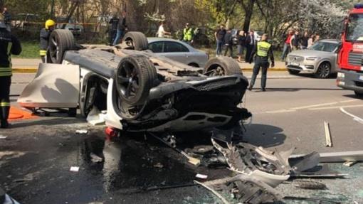 """Iš """"Europos"""" daugiaaukštės aikštelės automobilyje iškritusi moteris sieks prisiteisti ketvirtį milijono eurų"""