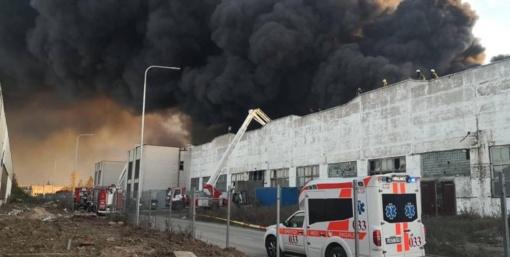 Dėl padangų gaisro Alytuje pasitelktos kariuomenės pajėgos