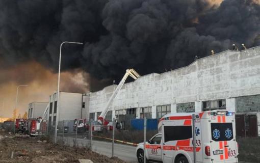Dėl didžiulio gaisro padangų perdirbimo įmonėje Alytuje aplinkosaugininkai dirba pavojaus režimu