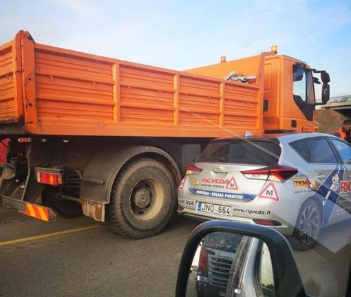Žemaičių plente kelio nepasidalino mokomasis ir krovininis automobiliai