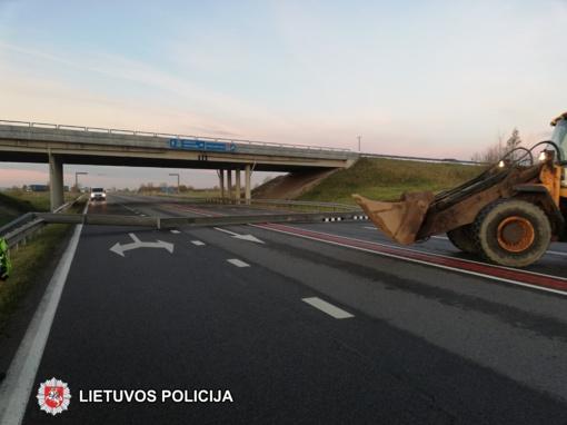 Vilkikas nugriovė viaduko konstrukciją