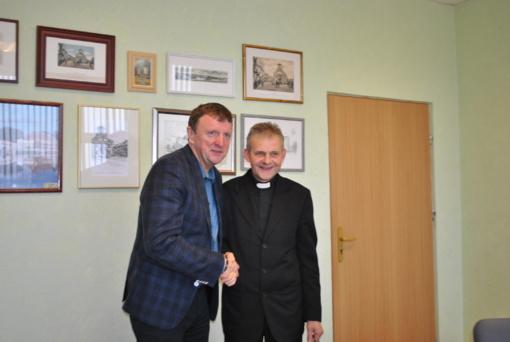 Rajono vadovai susitiko su naujai paskirtu Joniškio parapijos klebonu, dekanu