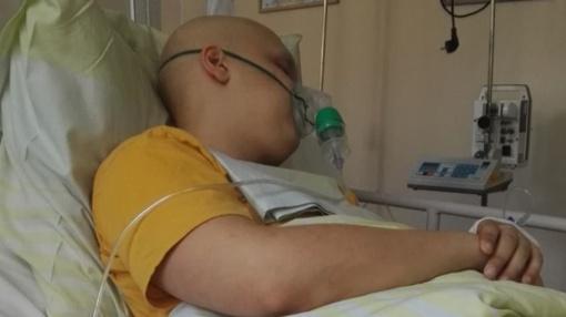 IV stadijos vėžiu sergančio 18-mečio tėvų ašaros ir viltis suteikti vaikui galimybę gyventi