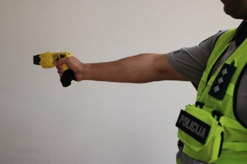 Išsikvietė dėl vagystės, bet peiliu puolė policijos pareigūnus