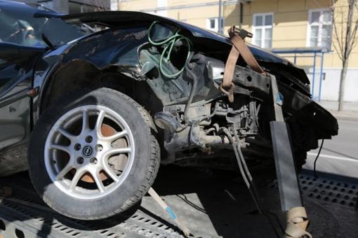 Automobiliai lėkė nuo kelio ir vertėsi