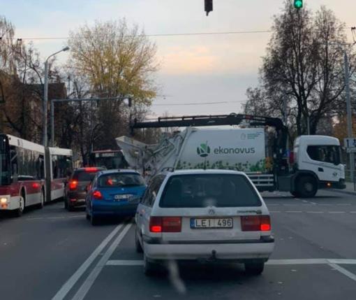 Vilniuje susidūrus autobusui ir šiukšliavežiui nukentėjo trys žmonės, formuojasi spūstis