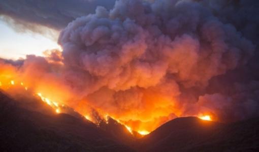 Kaliforniją talžo vieni didžiausių gaisrų istorijoje: žmonės vos spėja evakuotis (vaizdo įrašas)