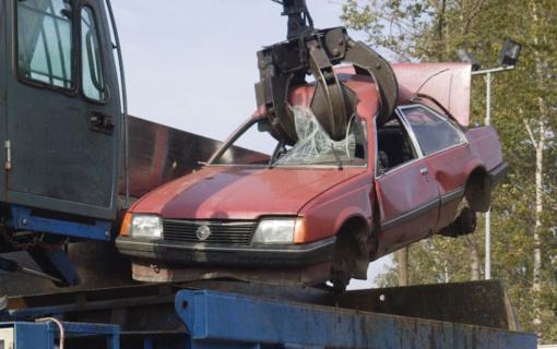 Svarstys siūlymą griežtinti atsakomybę už neeksploatuojamų automobilių laikymą bendrojo naudojimo kiemuose