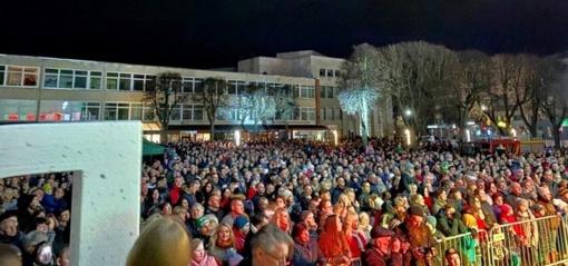 Tūkstantinė minia Alytuje dėkojo gaisro gesintojams (VAIZDO ĮRAŠAS)