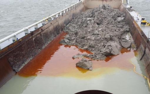 Vykdant uosto gilinimo darbus į uosto akvatoriją išsiliejo teršalai